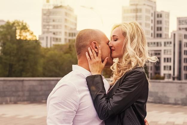 街のデートで幸せな男性と女性の肖像画