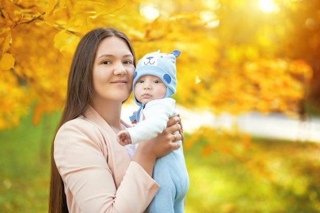 秋の公園でママと赤ちゃんの肖像画