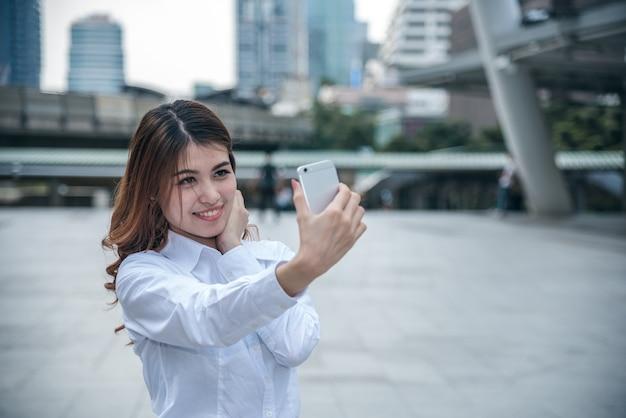 美しいアジア人の女性の肖像画。