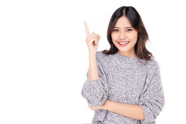 젊은 아시아 여성의 초상화. thumbs up 행복하게 웃는 얼굴로 자신감을 가진 아름다운 여인이 흰색 바탕에 멋지고 행복해 보입니다.