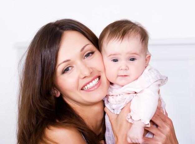 赤ちゃんと一緒に幸せな母のportrat