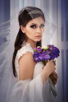 Portreit bride wih bouquet in studio