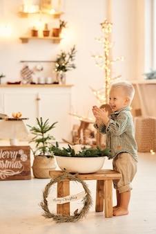 Портрет счастливого забавного ребенка, играющего на кухне