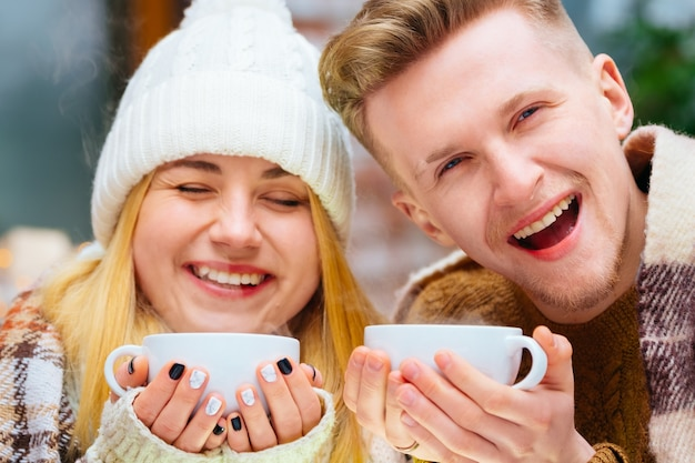 カフェに座って手をつないでポートレット若い幸せなロマンチックなカップル