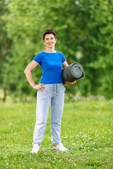 公園で運動している年配の女性のportret。