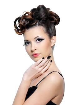 ファッション髪型を持つ女性のportriatとつけまつげ-分離した明るいメイク