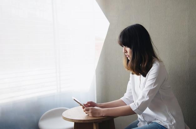 Симпатичная азиатская молодая леди portriat - счастливая концепция образа жизни женщины