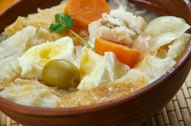 Португальская кухня acorda de bacalhau, блюда португалии, вид сверху.