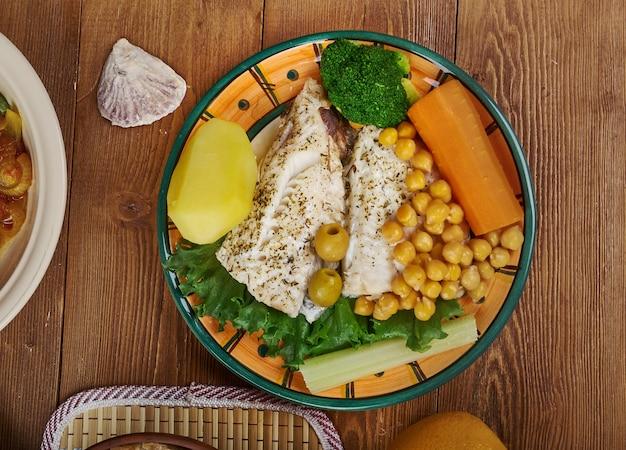 Португальская кухня bacalhau com todos, блюда португалии, вид сверху.