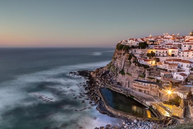 포르투갈 해상 도시 azenhas는 3 월에 일몰을합니다.