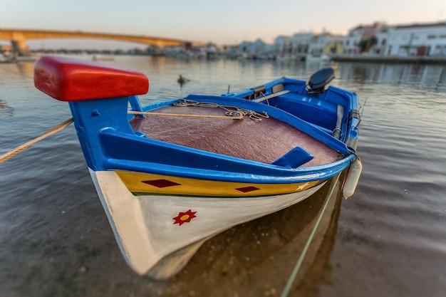 Португальская традиционная лодка в тавире. крупный план.