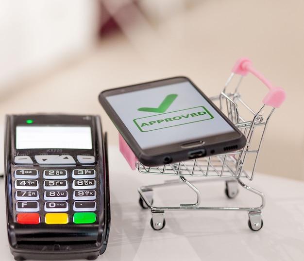 Pos терминал с мобильным телефоном и бесконтактной оплатой