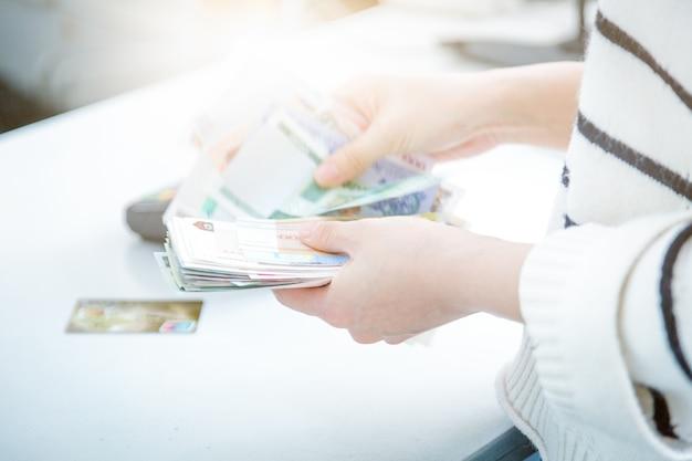 現金決済ショッピングの代わりにposクレジットカード決済