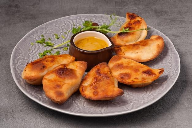 Посикунчики маленькие пирожки с мясом и горчичным соусом