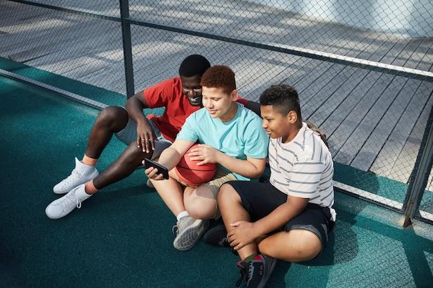 バスケットボールのグラウンドで自分撮りのポーズ Premium写真