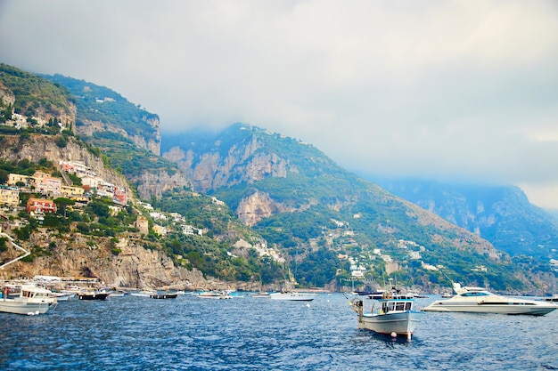 ポジターノ、アマルフィ海岸、カンパニア州、イタリア。夏のイタリアのアマルフィ海岸沿いのポジターノの美しい景色。地中海の海岸線の朝の景色の街並み。
