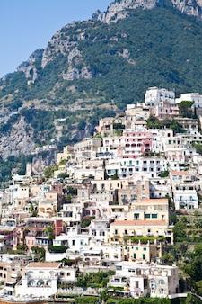 ポジターノは、イタリアのカンパニア州にあるアマルフィ海岸(costiera amalfitana)の村とコミューンです。