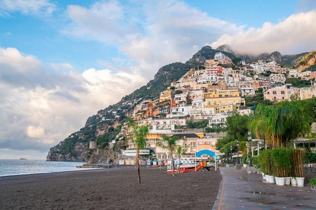 이탈리아 포지 타노-2019 년 11 월 2 일 : 아말피 해안 포지 타노시의 전형적인 좁은 거리와 다채로운 주택