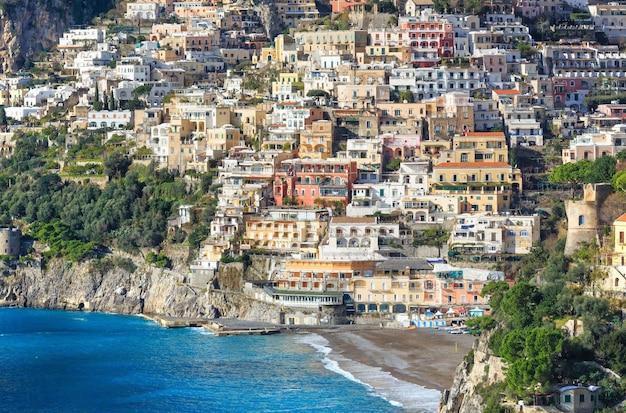 岩が多い丘の上のポジターノ村の海岸ビュー。イタリア、アマルフィ。