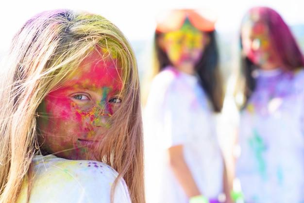 ポジティブで陽気な。カラフルなネオンペイントメイク。創造的なボディアートを持つ子供たち。ファッションの若者