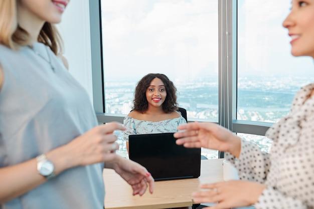 Положительный бизнес-леди, работающая в офисе