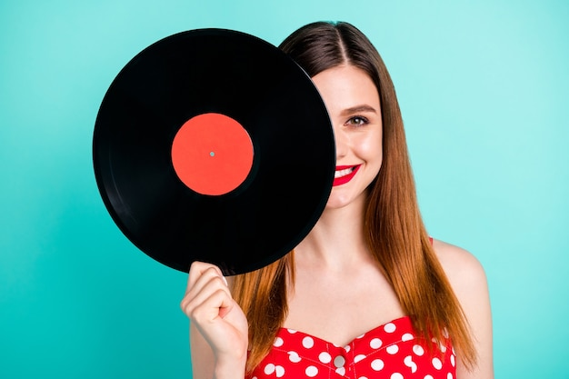 Позитив жизнерадостная девушка прячь лицо проигрыватель музыкальная пластинка