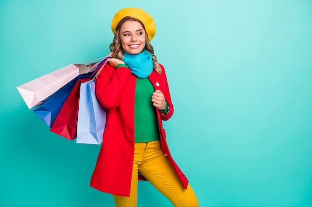 買い物中毒のポジティブな女の子がショッピングセンターでプレゼントを買うルックコピースペースは50%のセールをお勧めします