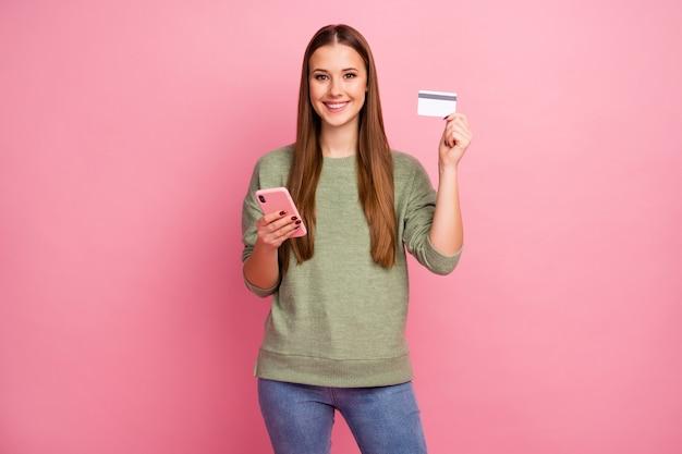 긍정적 인 명랑 소녀 스마트 폰 보류 신용 카드 사용