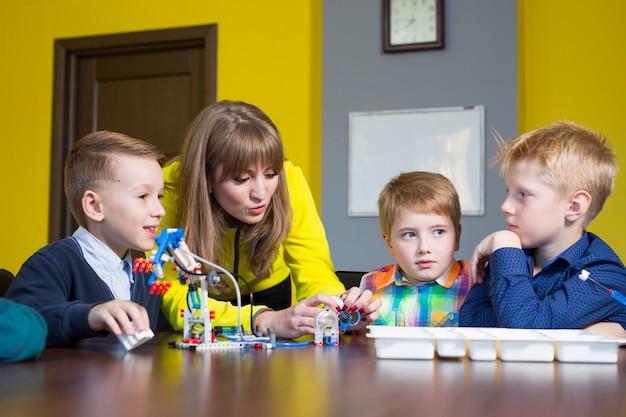 ポジティブな子供たちは、子供部屋でコンストラクターを演じて組み立てます。
