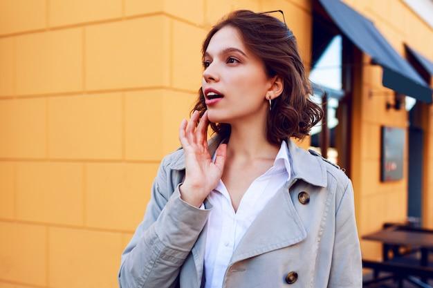 楽しい完璧な白い歯で笑顔の幸せな短い髪の女の子の肖像画間近で正。風の強い髪。秋の気分。