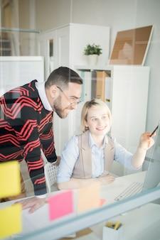 オフィスでのマーケティングプロジェクトについて議論している肯定的な同僚