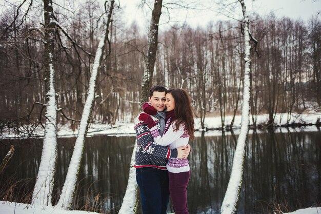 川の背景に肯定的なカップル