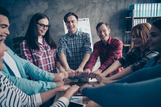 Позитивные коллеги во время встречи компании в офисе