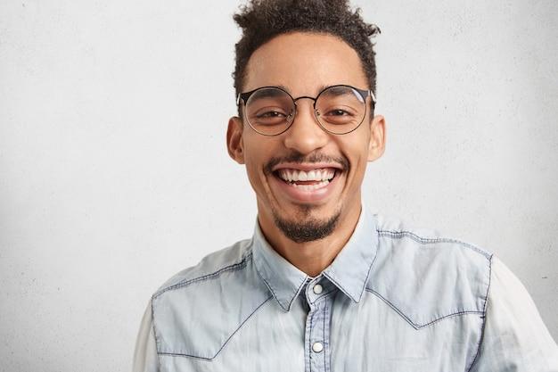 Emozioni positive, espressioni facciali e concetto di felicità. uomo gioioso con viso ovale