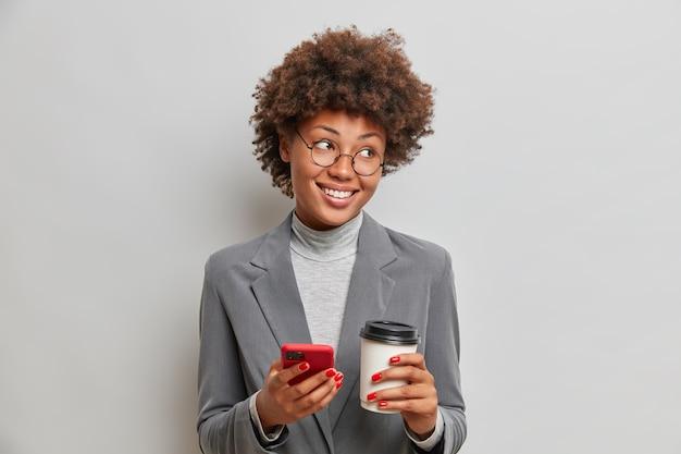 긍정적 인 기업가는 비즈니스 파트너와 계속 연락하고 소셜 네트워크에서 채팅합니다.