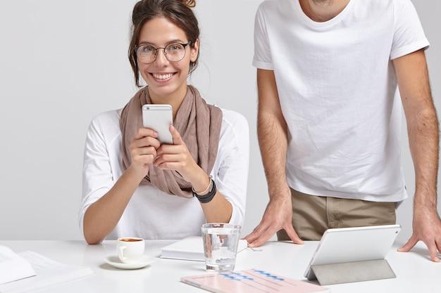ポジティブなヨーロッパの女性は仕事の後に休憩しています