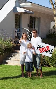 Положительная семья, держащая плакат