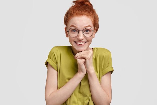 Позитивная красивая рыжая женщина радостно улыбается