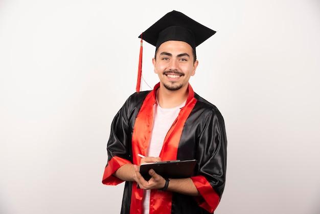 화이트 카메라를보고 졸업장과 긍정적 인 대학원생.