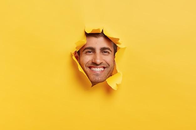 顔に歯を見せる心地よい笑顔を持つポジティブな男