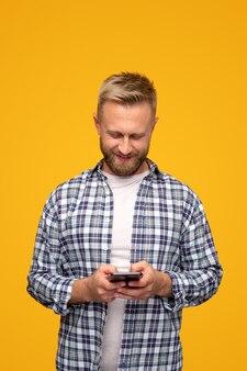Позитивный хипстерский человек с помощью смартфона