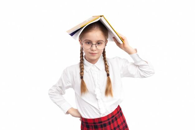 学校の制服を着た肯定的な少女