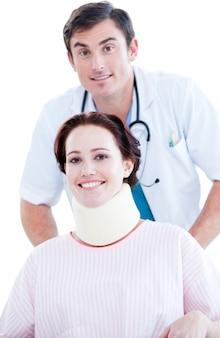 휠체어에 환자를 들고 긍정적 인 남성 의사