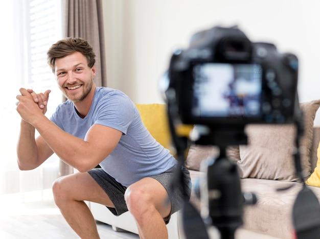 自宅での積極的な男性の録音トレーニング
