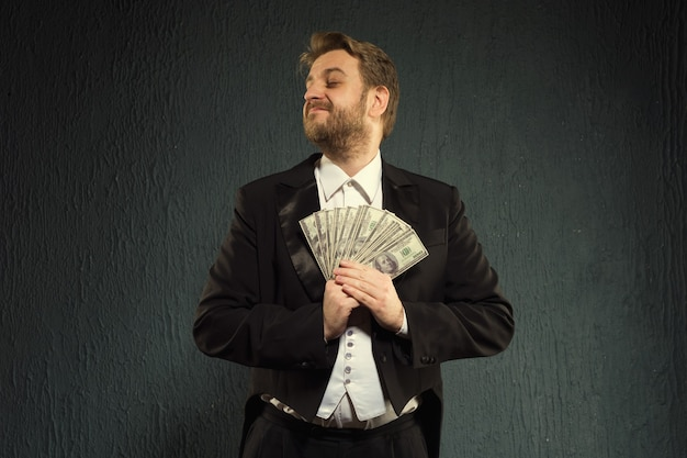 연미복에 긍정적 인 사람이 돈을 잡아.