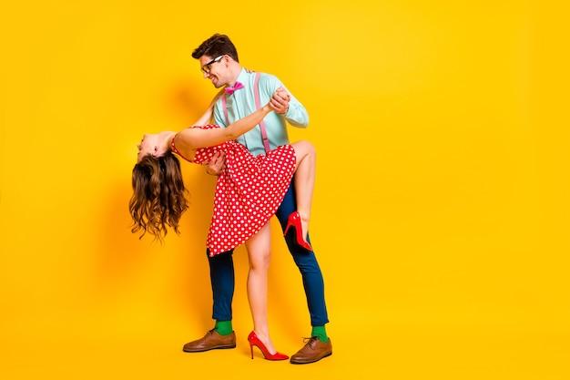 Позитивный мужчина женщина беззаботный танец