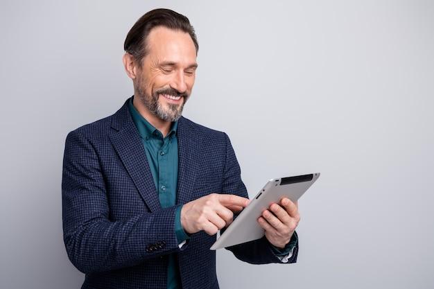 긍정적 인 분위기 비즈니스 남자 남자 손을 잡고 디지털 태블릿 미소