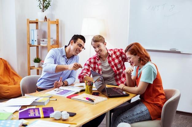긍정적 인 분위기. 매력적인 수업을하면서 함께 즐거운 시간을 보내는 어린 학생들을 기쁘게 생각합니다.