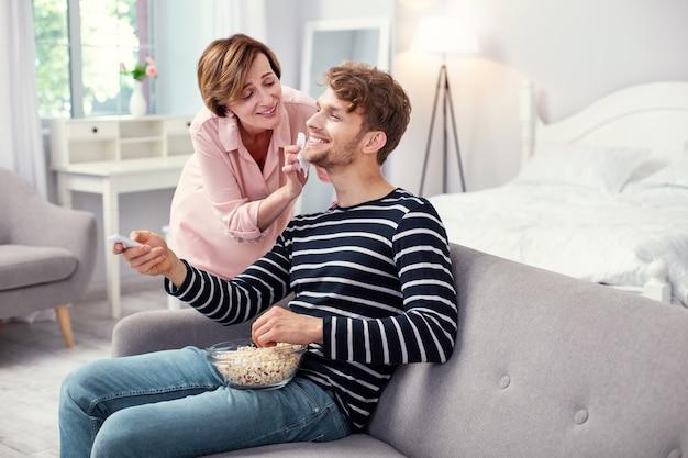 Положительный настрой. радостный счастливый человек улыбается, наслаждаясь заботой своей матери