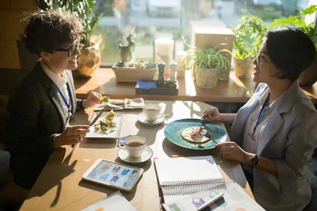 점심 시간에 채팅 긍정적 인 다민족 동료